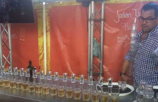 Barman deja a todos con la boca abierta con su técnica para servir 17 vasos simultáneamente