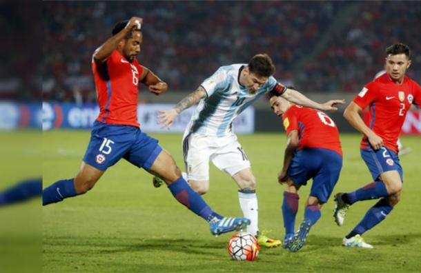 """""""Solo contra el mundo"""" y contra la Roja: la foto de Messi de la que todos hablan"""