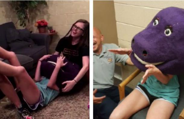 Terminó atascada dentro de una cabeza de Barney por querer hacerle una broma a sus amigas