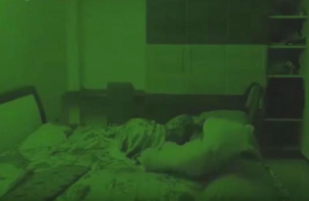"""El inquietante video del peluche """"poseído"""" que cobra vida mientras su dueña duerme"""