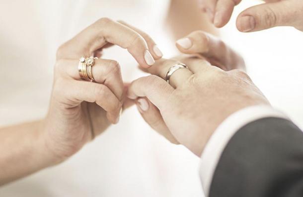 ¿Por qué el anillo de matrimonio se lleva en el dedo anular de la mano izquierda?