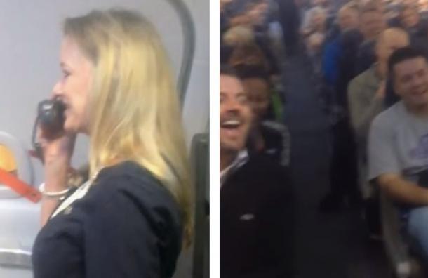 Una vez que subieron al avión y la azafata comenzó a hablar, no pudieron parar de reír