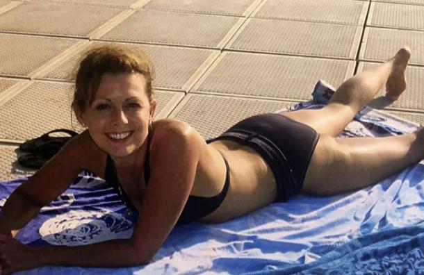 La foto en bikini de esta conductora de noticias da la vuelta al mundo y esta es la razón