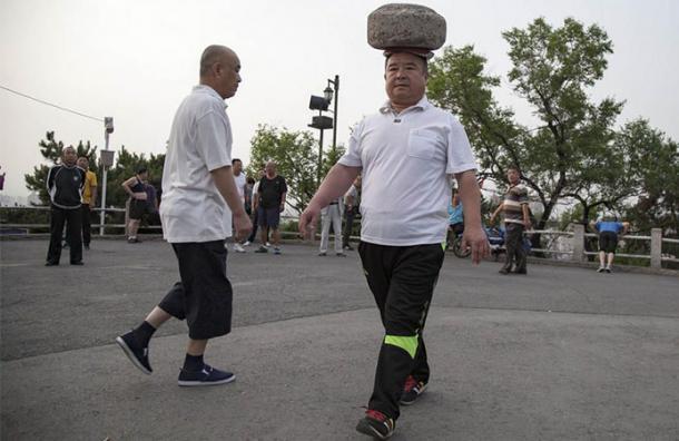 Hace 4 años lleva esta piedra de 40 kilos en su cabeza y no creerás cuáles son sus efectos