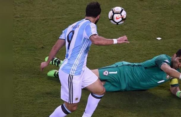 ¡El milagro se hizo realidad! Así habría sido el gol del Pipita Higuaín en la final contra Chile