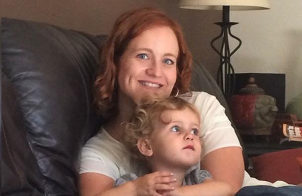 La foto de esta madre y su hija esconde una ilusión óptica que está confundiendo a todos