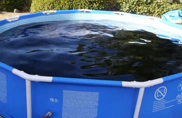 Llenan una piscina con más de 5.000 litros de Coca Cola y Mentos para bañarse y este es el resultado