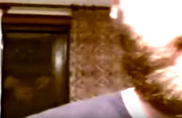 Grabó un video para sus amigos sin notar la aterradora presencia que lo acechaba