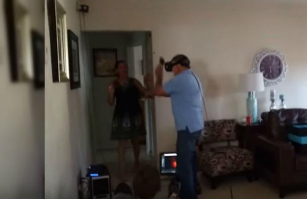 Este abuelo de 81 años matando zombies en realidad virtual te sacará más de una risa